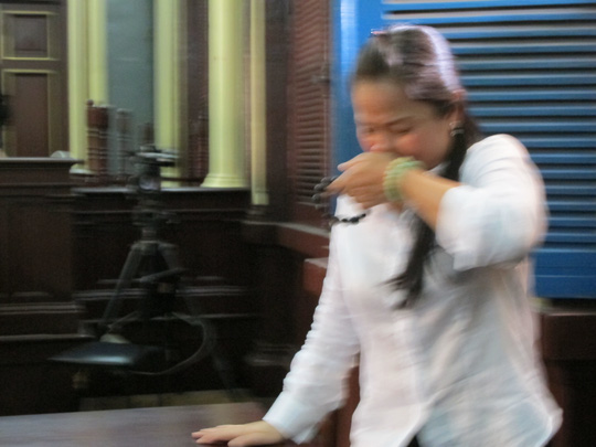 Bà chủ động vừa khóc vừa lần chuỗi hạt niệm phật !