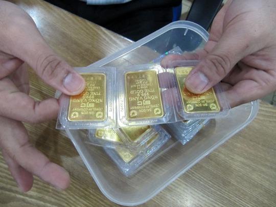 Chênh lệch giá vàng trong và ngoài nước bị kéo giãn hơn 4 triệu đồng/lượng