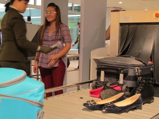 Nhiều hành khách vui vẻ hợp tác khi phải tháo giày, vớ...