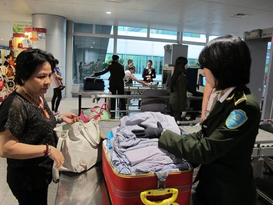 Nhân viên an ninh kiểm tra hành lý tín hiệu báo có kim loại