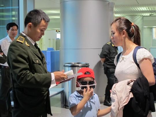 Sau vụ máy bay Malaysia mất tích, sân bay Tân Sơn Nhất rà hành khách từng cm