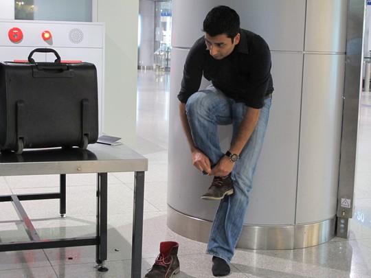 Các du khách nước ngoài thực hiện nghiêm túc quy định khi qua máy soi