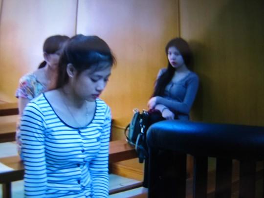 Hai chị em Hương chặn đường dùng giày gót kim loại đánh nạn nhân giữa khuya