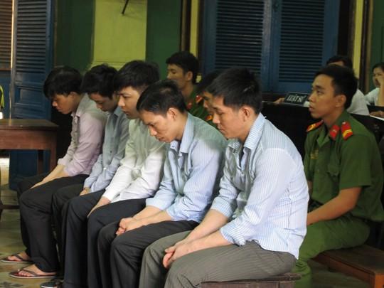 Nhóm đại bàng hầu tòa ngày 30-9