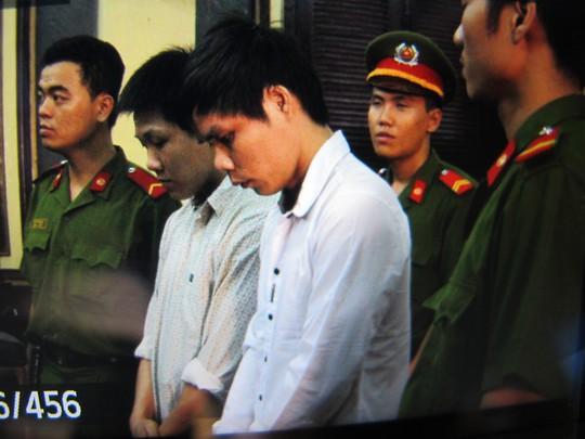 Hai bị cáo Nhựt và Tho tại phiên sơ thẩm ngày 27-3