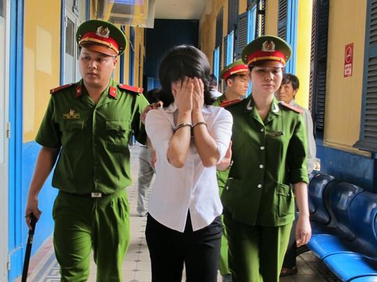 Suracha khóc nứt nở sau khi tòa tuyên án tử