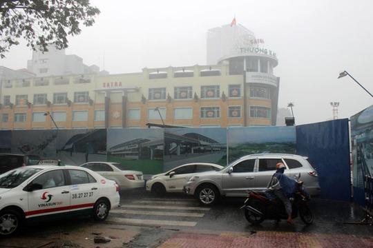 Trời mưa lớn vào thời điểm Thương xá Tax đóng cửa khiến nhiều người thêm chạnh lòng.
