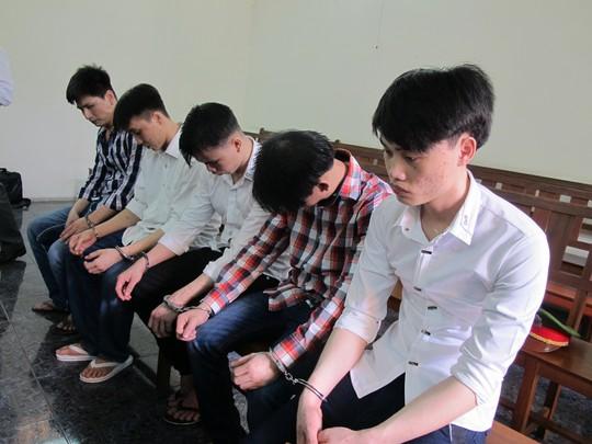 Nguyễn Ngọc Anh (áo trắng, bìa phải) cùng đồng bọn tại phiên sơ thẩm