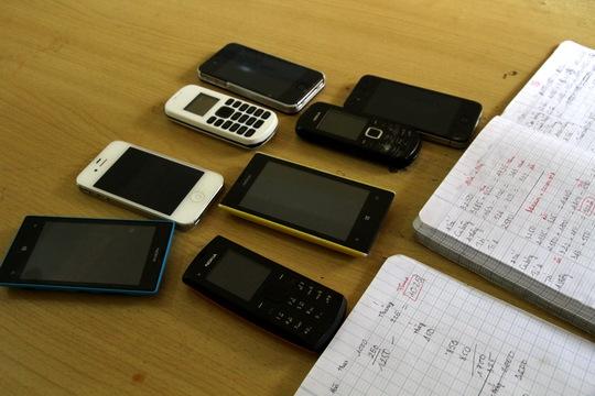 Điện thoại nhắn tin cá độ và quyển số ghi chép tỉ lệ cá cược