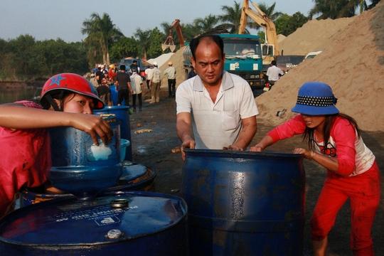 Người dân bán hoá chất cho tư thương với giá từ 1 - 1,5 triệu đồng mỗi phuy loại 200 lít