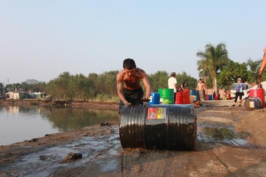Người dân đổ xô vớt hóa chất nổi trên kênh nước