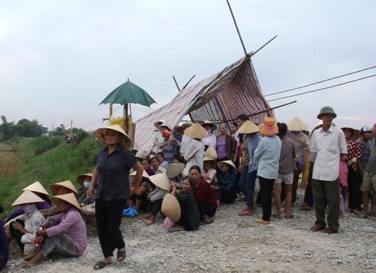 Hàng trăm người dân ở các xã Yên Tâm, Yên Trung, huyện Yên Định (Thanh Hóa) dựng lều bao vây trại heo gây ô nhiễm