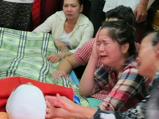 Người nhà nạn nhân Huỳnh Kim Bảo khóc ngất bên thi thể nạn nhân