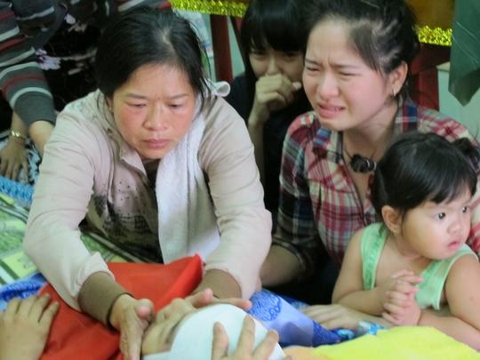 Mẹ nạn nhân Huỳnh Kim Bảo thẫn thờ bên xác con