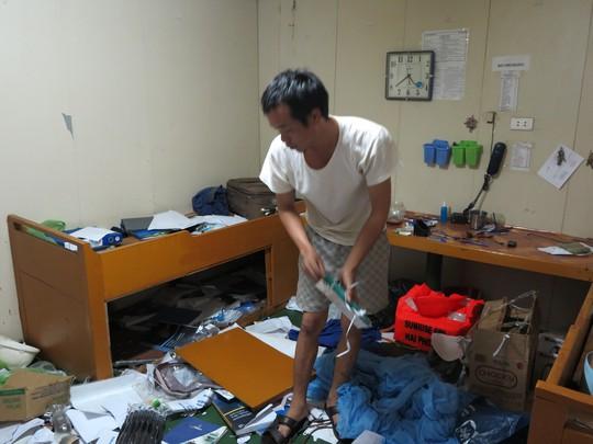 Thuyền viên tìm kiếm những vật dụng, tài sản trong mớ hỗn độni