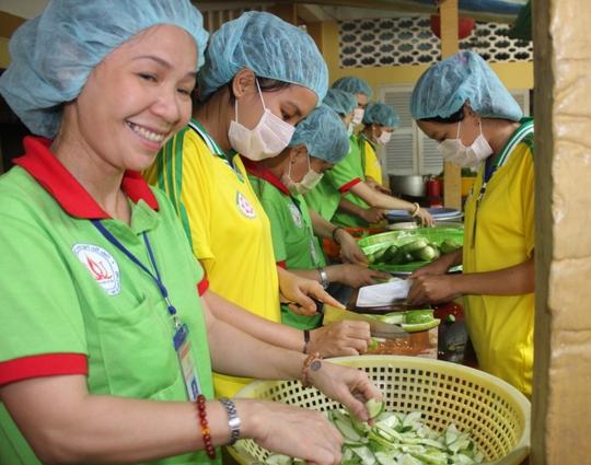 Chị Vọ Thị Thu Đào xin nghỉ việc tại công ty để đến chùa nấu cơm cho TS