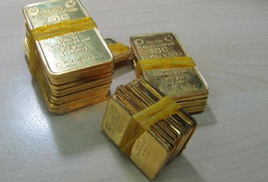 Vàng trong nước giảm chậm khiến chênh lệch với giá thế giới giãn ra hơn 4,6 triệu đồng/lượng