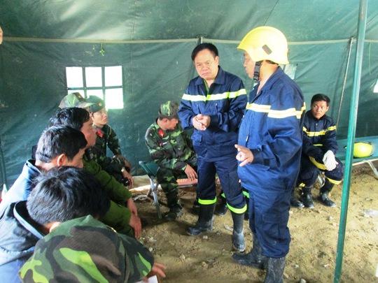 Ban chỉ huy họp bàn phương án cứu hộ cứu nạn. Ảnh: Kỳ Nam