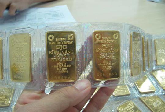 Giá vàng trong nước xuống thấp nhưng vẫn cao hơn quốc tế trên 5 triệu đồng/lượng.