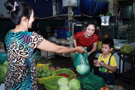 Thanh Thúy cùng con trai đi dạo chợ Bến Thành