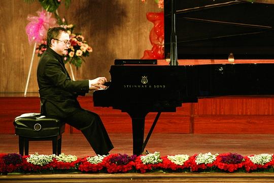 Danh cầm Đặng Thái Sơn biểu diễn tại Liên hoan Piano quốc tế 2013 tổ chứcở Nhạc viện TP HCM. Ảnh: TRẦN GIA TIẾN