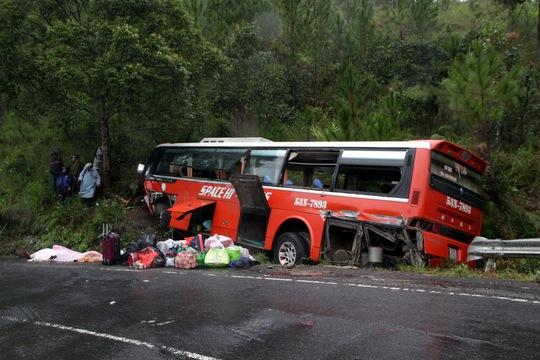 Xe khách mất thắng đâm vào vách núi, 17 người chết và bị thương