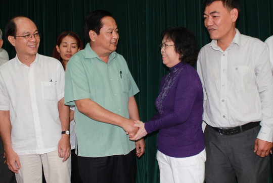 Phó Chủ tịch UBND TP HCM Nguyễn Hữu Tín (áo xanh) gặp gỡ các hộ dân.