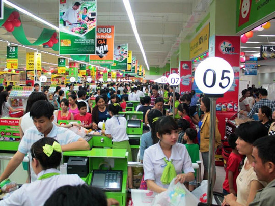Rất đông khách hàng đến mua sắm và tham quan đại siêu thị