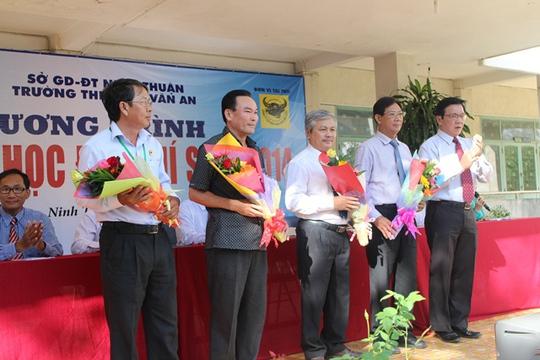 Phó Tổng Biên tập Báo Người Lao Động tặng hoa cho các đơn vị phối hợp hỗ trợ