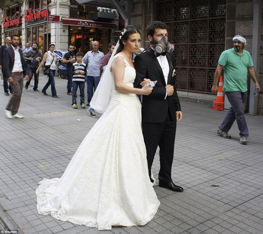A newly married couple pose for their wedding picture at Istiklal street near Taksim square in Istanbul June 2, 2013 after three days of violent riots