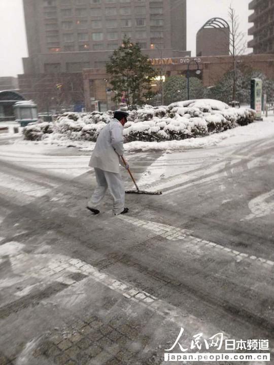 人民网东京2月8日电(滕雪)受强冷空气和低气压影响,日本东京自8日早间迎来强降雪。日本气象厅时隔13年针对东京都23区发布了大雪预警。