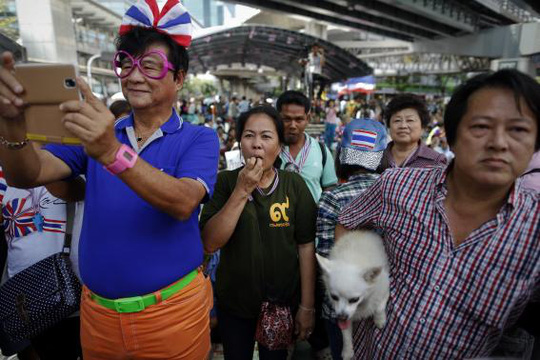 Anti-government protesters listen to a leaders speech at an intersection protesters are occupying in downtown Bangkok February 8, 2014. REUTERS-Damir Sagolj