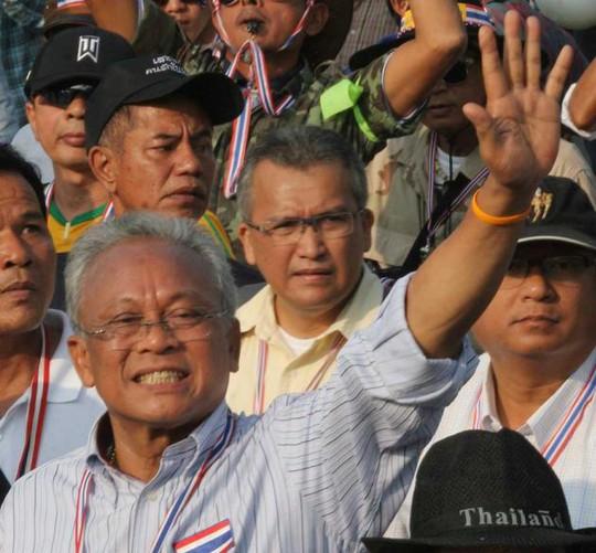 Lãnh đạo biểu tình Suthep Thaugsuban yêu cầu người biểu tình  tại các địa điểm khác sẵn sàng cứu nguy. Ảnh: THE NATION