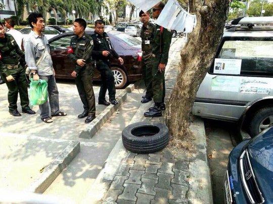 Cảnh sát phát hiện súng phóng lựu đạn M79 ở bãi đậu xe ngày 23-2. Ảnh: THE NATION