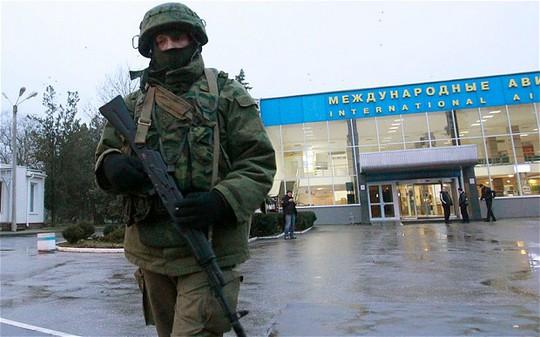 Một người được vũ trang tuần tra tại sân bay ở Symferopol, Crimea. Ảnh: Reuters