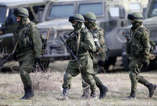 Nhóm quân nhân được cho là binh lính Nga di chuyển gần một căn cứ quân đội  bên ngoài Symferopol ngày 6-3. Ảnh: REUTERS