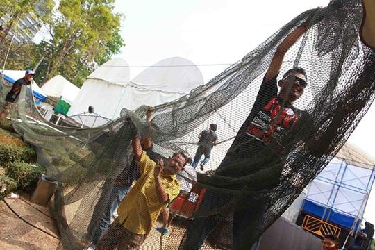 Phe biểu tình giăng lưới phía sau sân khấu trong công viên Lumpini để tránh lựu đạn.  Ảnh: THE BANGKOK POST