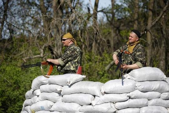 Ukrainian soldiers stand guard at a checkpoint in the village of Malinivka, east of Slaviansk in eastern Ukraine April 24, 2014. REUTERS-Marko Djurica