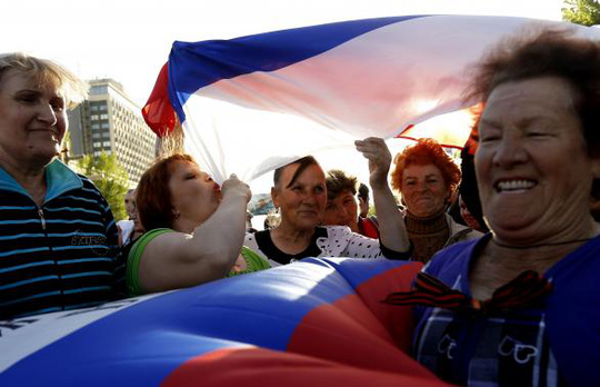 Pro-Russian protesters take part in a rally near the seized office of the SBU state security service in Luhansk, eastern Ukraine, April 27, 2014. REUTERS-Vasily Fedosenko