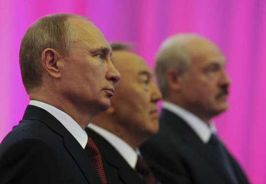 Russian President Vladimir Putin (L), Kazakh President Nursultan Nazarbayev (C) and Belarus President Alexander Lukashenko stand for a photograph before a meeting of the Eurasian Economic Union in Astana May 29, 2014. REUTERS/Mikhail Klimentyev/RIA Novosti/Kremlin