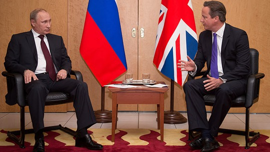 Britains Prime Minister David Cameron (R) talks with Russian President Vladimir Putin at a meeting at Charles De Gaulle Airport in Paris, France June 5, 2014. (Reuters / Stefan Rousseau)