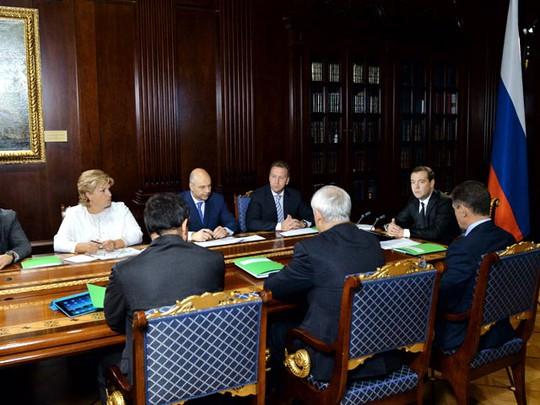Работа над формированием бюджета должна включать в себя как мобилизацию доходов, так и оптимизацию расходов, заявил премьер-министр Дмитрий Медведев, открывая совещание по бюджетным проектировкам на 2015-2017 годы