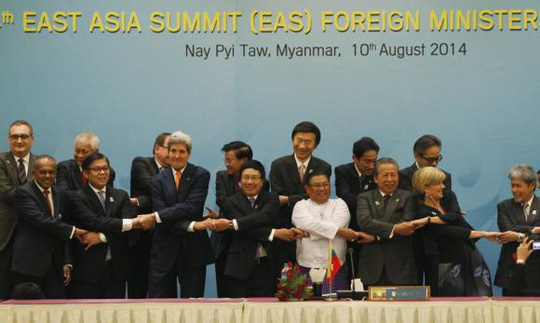 Foreign dignitaries hold hands as they pose for a photo before the 4th East Asia Summit (EAS) Foreign Ministers meeting at the Myanmar International Convention Centre (MICC) in Naypyitaw, August 10, 2014. REUTERS/ Soe Zeya Tun