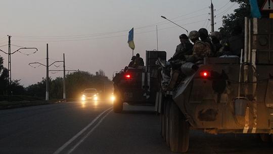 A convoy of Ukrainian armoured personnel carriers drive on a road in the eastern Ukrainian town of Kramatorsk, August 19, 2014 (Reuters / Valentyn Ogirenko)