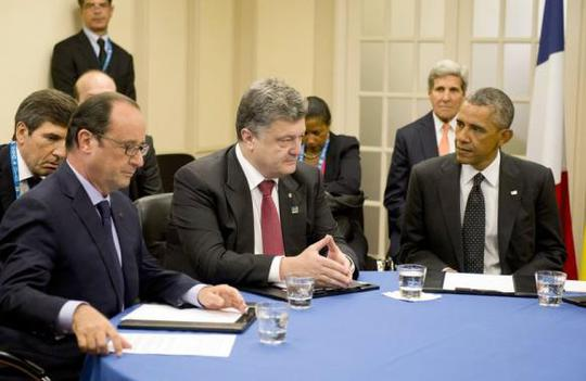 French President Francois Hollande (L), Ukrainian President Petro Poroshenko (C) and U.S. President Barack Obama (R) meet to discus Ukraine at the NATO summit at the Celtic Manor resort, near Newport, in Wales September 4, 2014. REUTERS-Alain Jocard-Pool