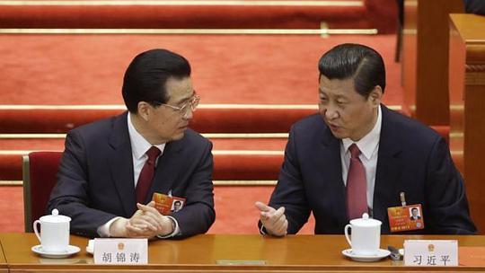 Chủ tịch đương nhiệm Tập Cận Bình (trái) và cựu Chủ tịch Hồ Cẩm Đào  tại một phiên họp của Đại hội Nhân dân Trung Quốc (NPC) tháng 3-2013 ở Bắc Kinh Ảnh: REUTERS