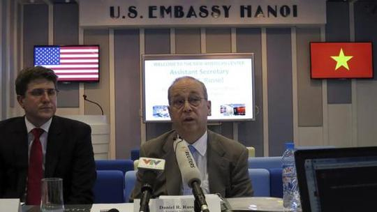 U.S. Assistant Secretary of State for East Asia and the Pacific Daniel Russel (R) speaks at a news briefing in Hanoi May 8, 2014. REUTERS/Nguyen Phuong Linh