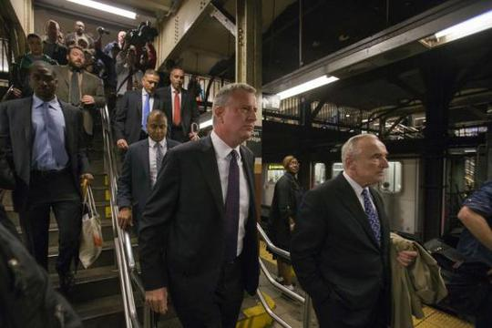 New York Mayor Bill de Blasio (C) and New York City Police Commissioner William Bratton (R) enter the City Hall subway station while on their way to give a news conference in New York September 25, 2014. REUTERS-Adrees Latif