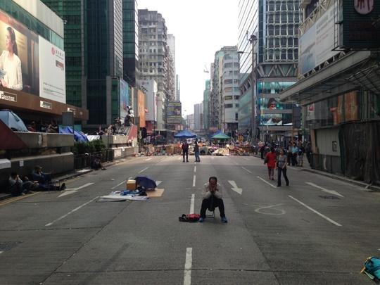 """Một người biểu tình """"thiền tọa"""" ở Mongkok. Ảnh: WORLD POST"""