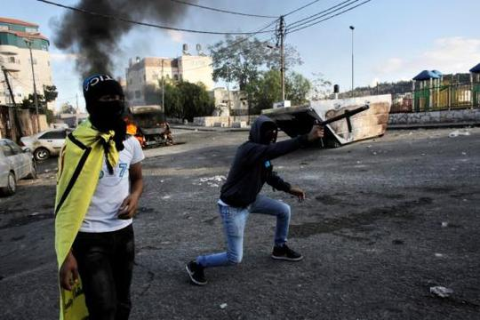 A Palestinian protester fires a homemade weapon at Israeli security forces during clashes in east Jerusalem October 30, 2014. REUTERS-Ammar Awad
